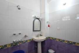 Deluxe Room Bathroom 1_tn